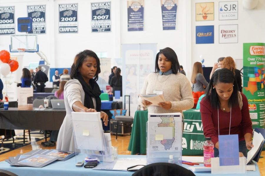 Students+interact+with+prospective+employer+at+the+Career+Connection+expo.