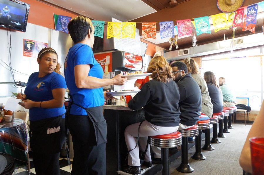 Traditional+Mexican+dishes+are+served+to+customers+at+Taqueria+Moroleon.